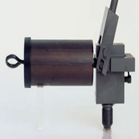 High pressure hand pump for mounting and dismounting of oil pressure joints